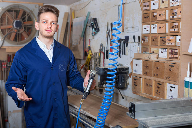 Άνδρας εργαζόμενος που εργάζεται με τον κόπτη άλεσης στο εργαστήριο στοκ εικόνα με δικαίωμα ελεύθερης χρήσης