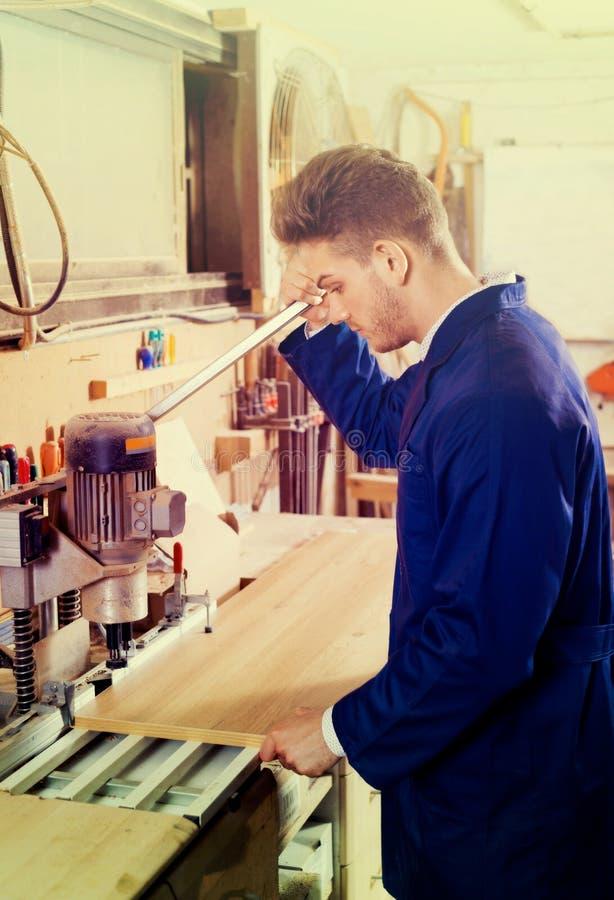 Άνδρας εργαζόμενος που εργάζεται με τον κόπτη άλεσης στο εργαστήριο στοκ εικόνες με δικαίωμα ελεύθερης χρήσης