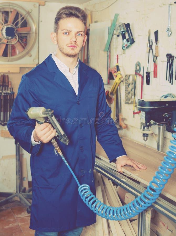 Άνδρας εργαζόμενος που εργάζεται με τον κόπτη άλεσης στο εργαστήριο στοκ φωτογραφίες με δικαίωμα ελεύθερης χρήσης