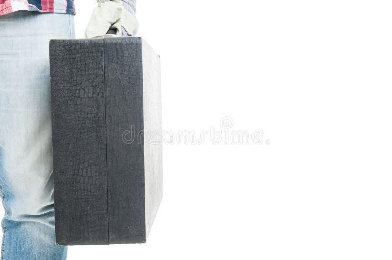 Άνδρας εργαζόμενος που κρατά το μαύρο κιβώτιο εργαλείων στοκ φωτογραφίες