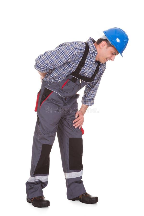 Άνδρας εργαζόμενος που πάσχει από τον πόνο στοκ εικόνες