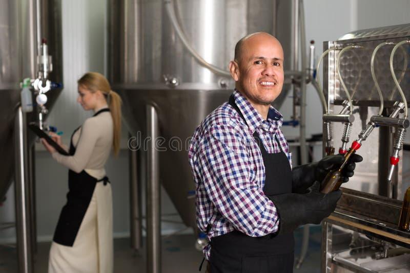 Άνδρας εργαζόμενος στο ζυθοποιείο μπύρας στοκ φωτογραφία με δικαίωμα ελεύθερης χρήσης
