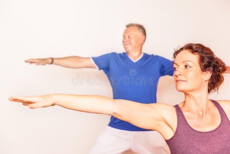 Άνδρας και γυναίκα γιόγκας στοκ φωτογραφία