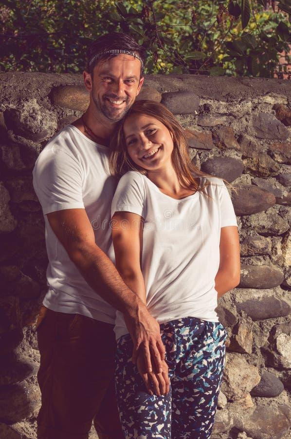 Άνδρας και γυναίκα εραστών που χαμογελούν και που αισθάνονται ευτυχείς στοκ φωτογραφίες με δικαίωμα ελεύθερης χρήσης
