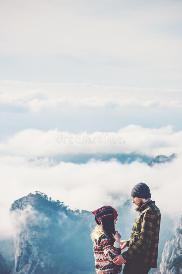 Άνδρας και γυναίκα ζεύγους που αγκαλιάζουν να απολαύσει από κοινού στοκ εικόνα με δικαίωμα ελεύθερης χρήσης