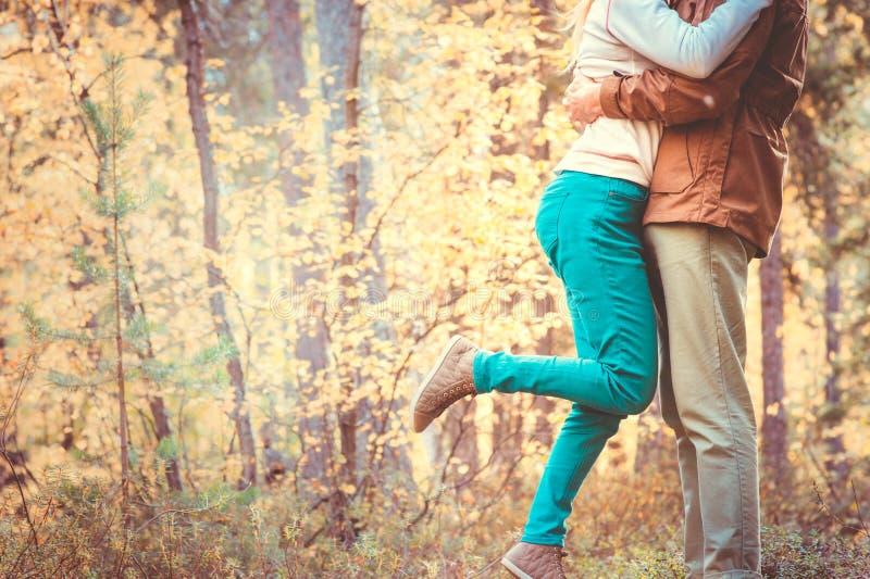 Άνδρας και γυναίκα ζεύγους που αγκαλιάζουν το ερωτευμένο ρομαντικό υπαίθριο τρόπο ζωής στοκ εικόνες