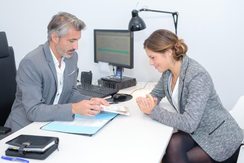 Άνδρας και γυναίκα καθένα δευτερεύον γραφείο γραφείων στοκ φωτογραφίες