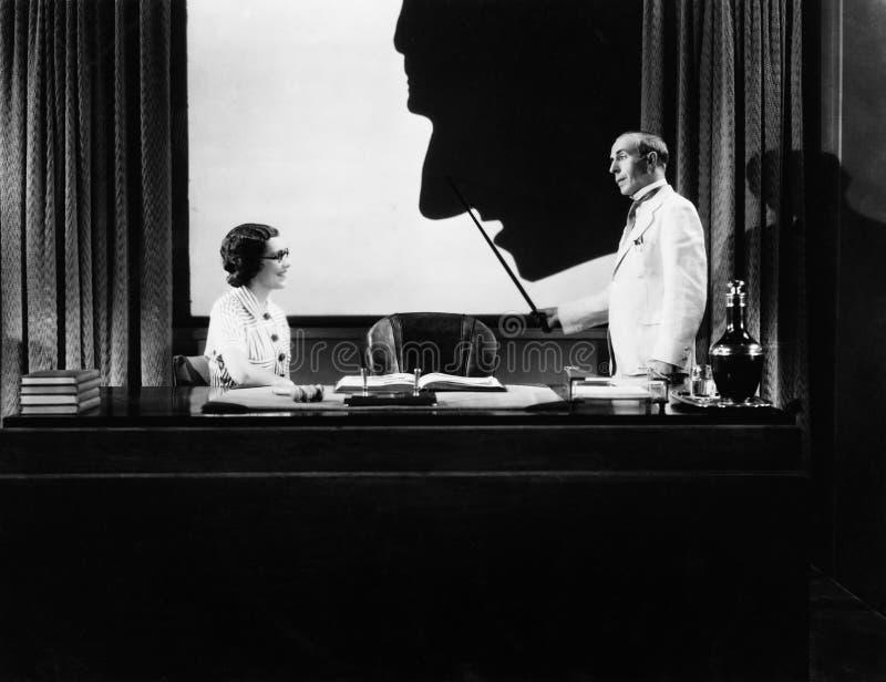 Άνδρας και γυναίκα με τη σκιαγραφία της τεράστιας μύτης (όλα τα πρόσωπα που απεικονίζονται δεν ζουν περισσότερο και κανένα κτήμα  απεικόνιση αποθεμάτων