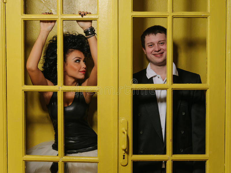 Άνδρας και γυναίκα πίσω από τις παλαιές πόρτες στοκ φωτογραφία με δικαίωμα ελεύθερης χρήσης
