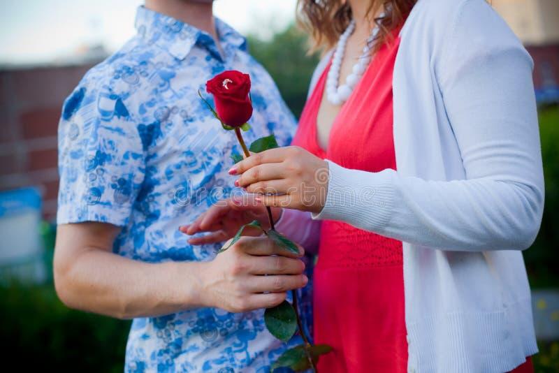 Άνδρας και γυναίκα που στέκονται και που κρατούν ένα αγκάλιασμα λουλουδιών στοκ φωτογραφίες με δικαίωμα ελεύθερης χρήσης