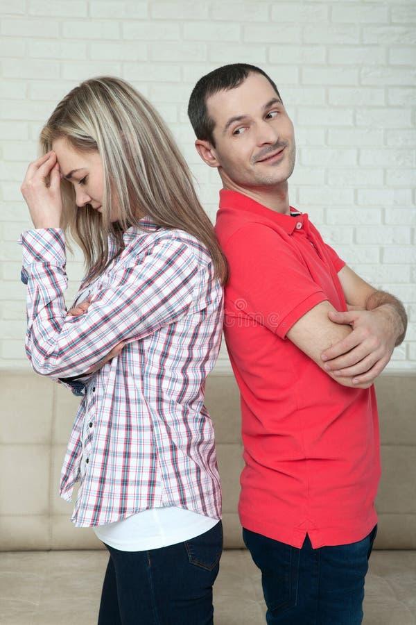 Άνδρας και γυναίκα που στέκονται πλάτη με πλάτη μετά από τη φιλονικία στοκ εικόνες με δικαίωμα ελεύθερης χρήσης