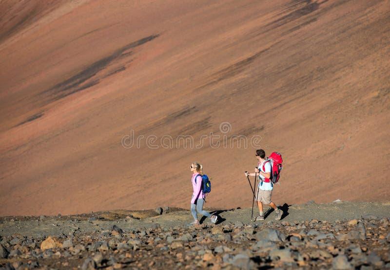 Άνδρας και γυναίκα που στο όμορφο ίχνος βουνών στοκ εικόνες με δικαίωμα ελεύθερης χρήσης