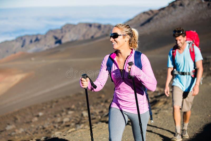 Άνδρας και γυναίκα που στο όμορφο ίχνος βουνών στοκ εικόνες