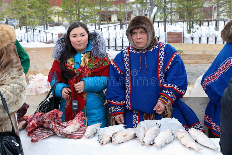 Άνδρας και γυναίκα στα εθνικά κοστούμια Nenets στοκ φωτογραφία