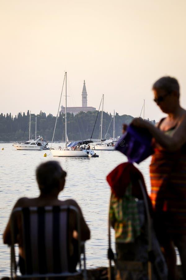 Άνδρας και γυναίκα στην αδριατική ακτή στοκ εικόνες