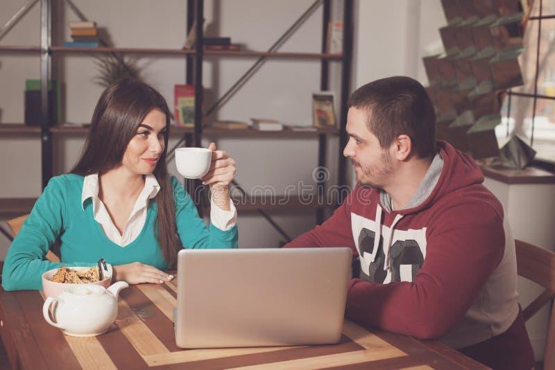 Άνδρας και γυναίκα στον πίνακα στοκ εικόνες