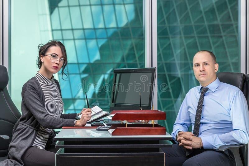 Άνδρας και γυναίκα στο γραφείο στοκ εικόνες