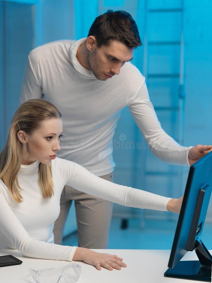 Άνδρας και γυναίκα στο εργαστήριο στοκ φωτογραφίες με δικαίωμα ελεύθερης χρήσης