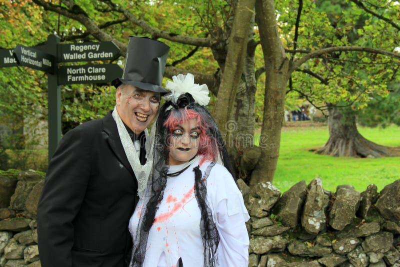 Άνδρας και γυναίκα στο μακάβριο κοστούμι, τον εορτασμό αποκριές, Bunratty Castle και το λαϊκό πάρκο, κομητεία Clare, Ιρλανδία, το στοκ φωτογραφία