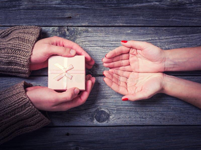 Άνδρας που δίνει στη γυναίκα ένα δώρο Χριστουγέννων στοκ εικόνες με δικαίωμα ελεύθερης χρήσης