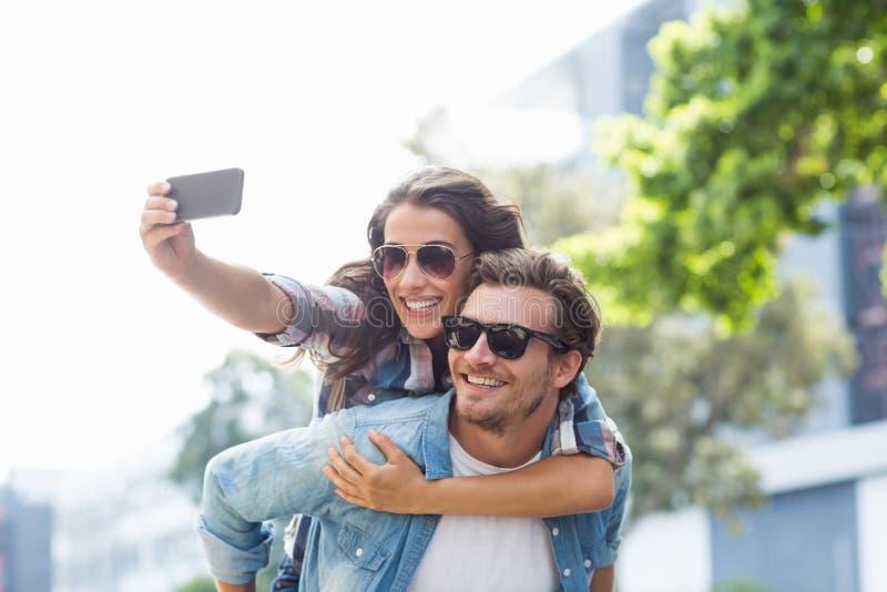 Άνδρας που δίνει piggyback στη γυναίκα στοκ εικόνα