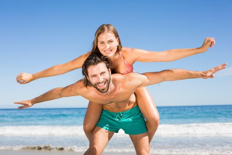 Άνδρας που δίνει piggyback το γύρο στη γυναίκα στοκ φωτογραφία με δικαίωμα ελεύθερης χρήσης
