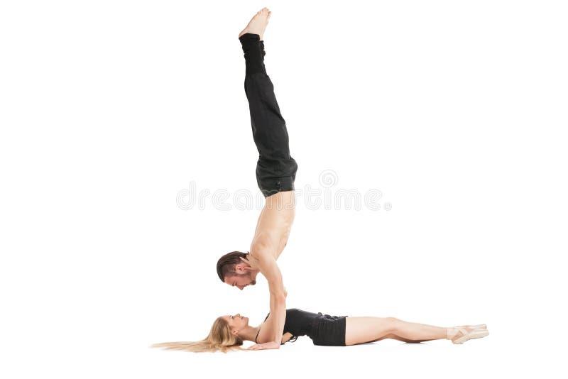 Άνδρας στο handstand επάνω από να βρεθεί γυναικών στοκ εικόνα