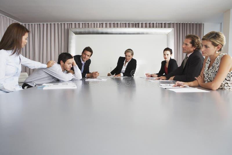 Άνδρες συνάδελφος ύπνου ξυπνήματος επιχειρηματιών στοκ φωτογραφία με δικαίωμα ελεύθερης χρήσης