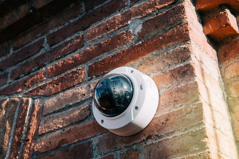 Άξονας 360 βαθμοί κάμερων παρακολούθησης στο τουβλότοιχο στοκ εικόνες με δικαίωμα ελεύθερης χρήσης