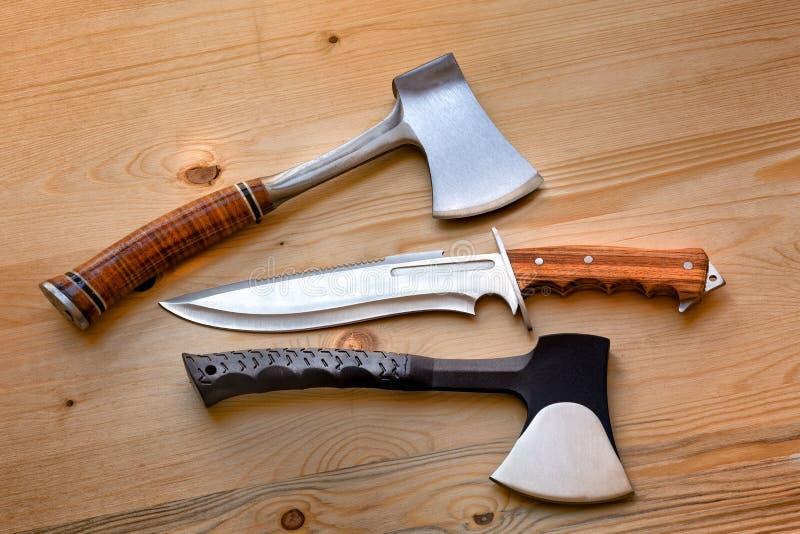 Άξονες, εργαλεία μαχαιριών για τις τέχνες, επιβίωση, υλοτόμος, στρατοπέδευση και υπαίθρια ζωή απεικόνιση αποθεμάτων