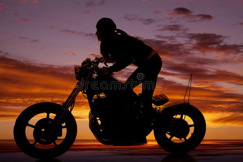 Άπαχο κρέας στάσεων μοτοσικλετών γυναικών σκιαγραφιών μπροστινό στοκ εικόνες