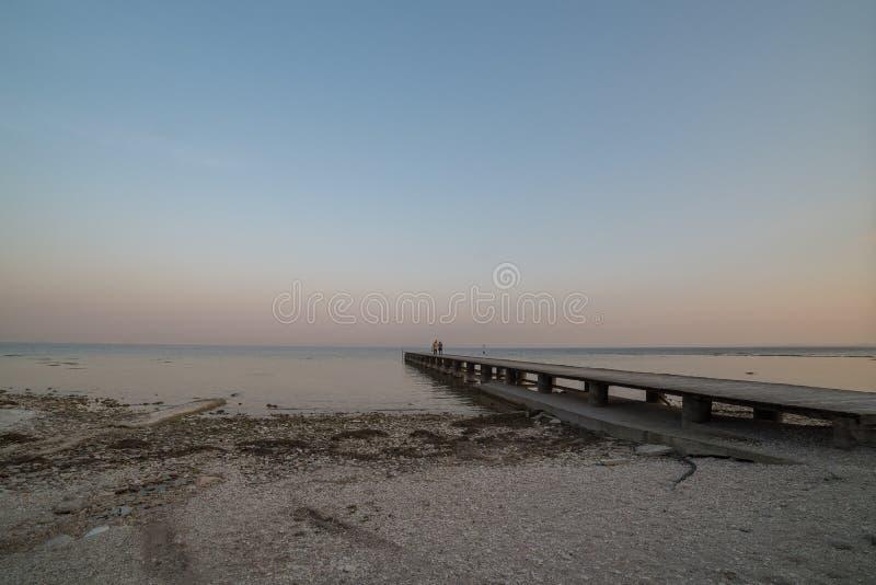 Άπειρη αποβάθρα στη λίμνη garda στοκ εικόνες