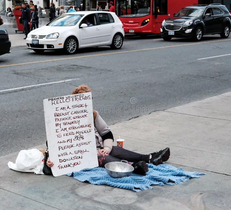 Άπορος γυναίκα που βλέπει τη φιλανθρωπία στο Τορόντο, Καναδάς στοκ εικόνες