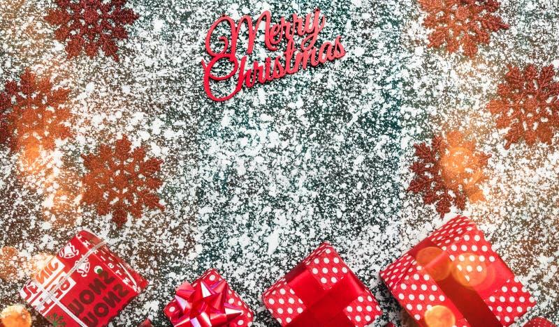 Άποψη άνωθεν, κορυφή, επίπεδη, στα παρόντα κιβώτια Χριστουγέννων, συσκευασία, διακοσμητικά χειροποίητα snowflakes στοκ φωτογραφία