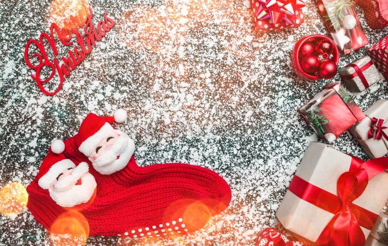 Άποψη άνωθεν, κορυφή, στα παρόντα κιβώτια Χριστουγέννων, διακοσμητικές κόκκινες κάλτσες Santa, με το διάστημα για το κείμενο, σε  στοκ εικόνα με δικαίωμα ελεύθερης χρήσης