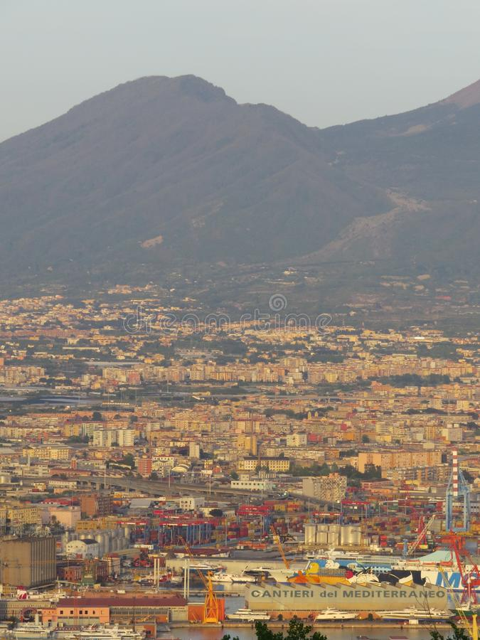 Άποψη άνωθεν - ολόκληρη η πόλη Ιταλία Νάπολη στοκ φωτογραφίες