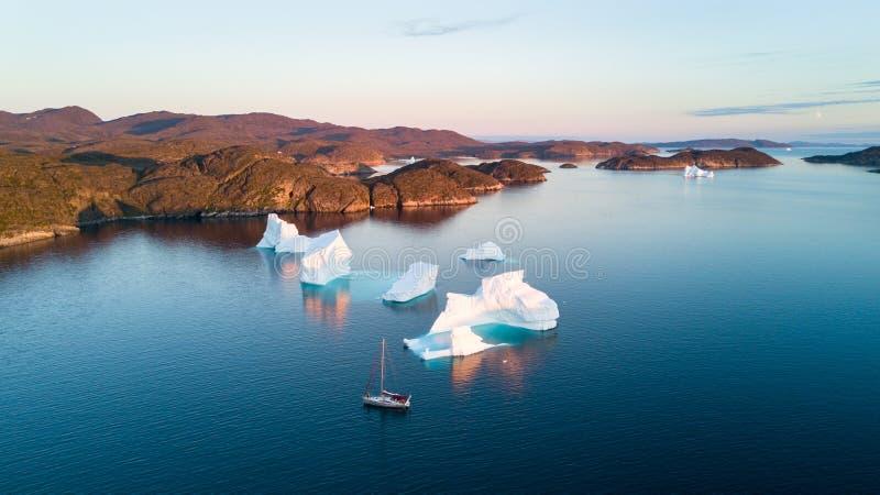 Άποψη αέρα στα παγόβουνα και το γιοτ Καταπληκτική Γροιλανδία στοκ φωτογραφία με δικαίωμα ελεύθερης χρήσης