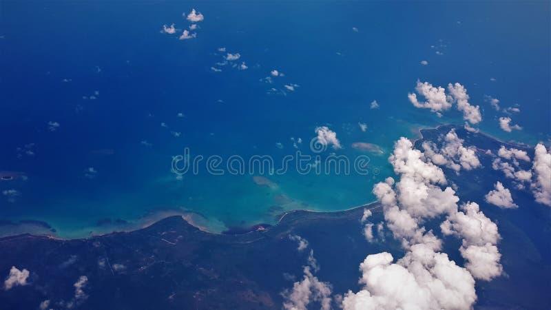Άποψη αεροπλάνων της μπλε θάλασσας και του μπλε ουρανού στοκ εικόνα