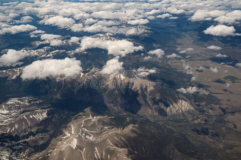 Άποψη αεροπλάνων των χιονοσκεπών δύσκολων βουνών στο Κολοράντο στοκ φωτογραφίες