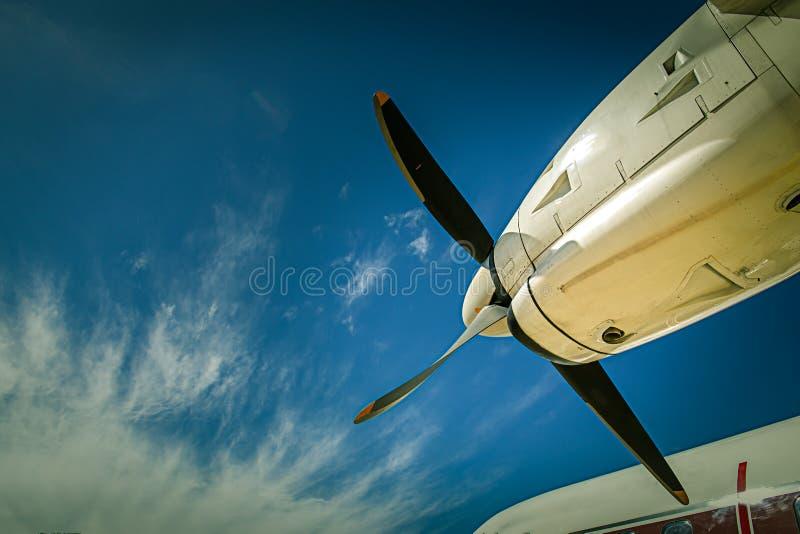 Άποψη αεροσκαφών λεπίδων και turboprop προωστήρων των μηχανών με το μπλε στοκ φωτογραφία με δικαίωμα ελεύθερης χρήσης