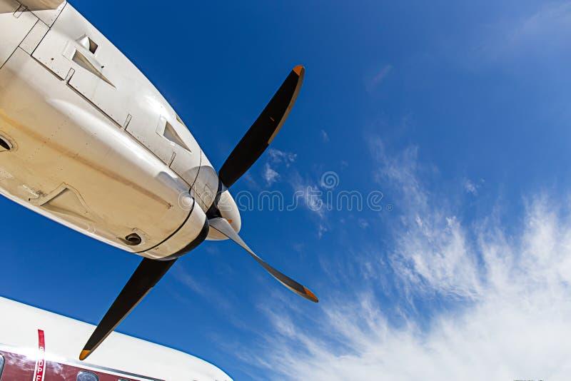 Άποψη αεροσκαφών λεπίδων και turboprop προωστήρων των μηχανών με το μπλε στοκ φωτογραφίες