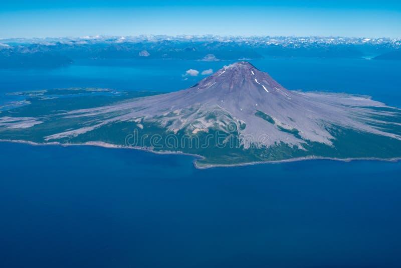 Άποψη αεροφωτογραφίας του ηφαιστείου Augustine στον κολπίσκο της Αλάσκας ` s Cook στοκ φωτογραφίες