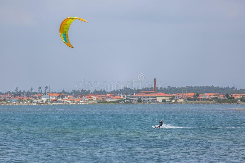 Άποψη αθλητισμού ενός του επαγγελματικού ανδρικού kitesurf που ασκεί τον ακραίο αθλητισμό Kiteboarding στοκ εικόνα