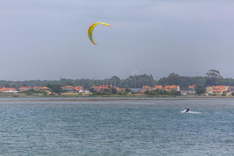 Άποψη αθλητισμού ενός του επαγγελματικού ανδρικού kitesurf που ασκεί τον ακραίο αθλητισμό Kiteboarding στοκ φωτογραφίες με δικαίωμα ελεύθερης χρήσης