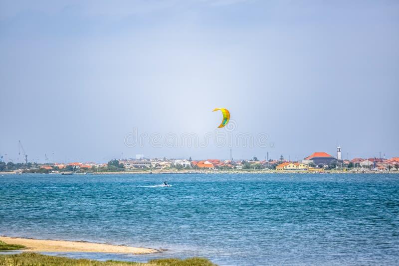 Άποψη αθλητισμού ενός του επαγγελματικού ανδρικού kitesurf που ασκεί τον ακραίο αθλητισμό Kiteboarding στοκ φωτογραφία με δικαίωμα ελεύθερης χρήσης