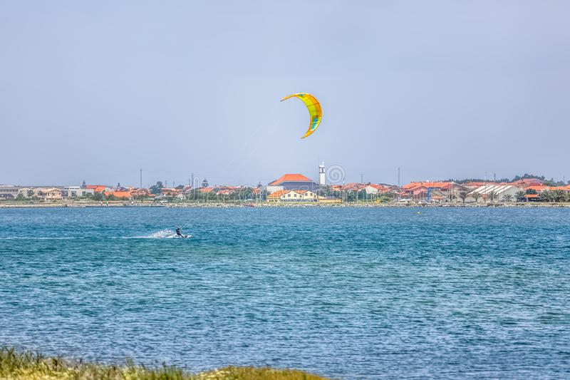 Άποψη αθλητισμού ενός του επαγγελματικού ανδρικού kitesurf που ασκεί τον ακραίο αθλητισμό Kiteboarding στοκ εικόνες