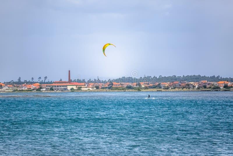 Άποψη αθλητισμού ενός του επαγγελματικού ανδρικού kitesurf που ασκεί τον ακραίο αθλητισμό Kiteboarding στοκ εικόνα με δικαίωμα ελεύθερης χρήσης