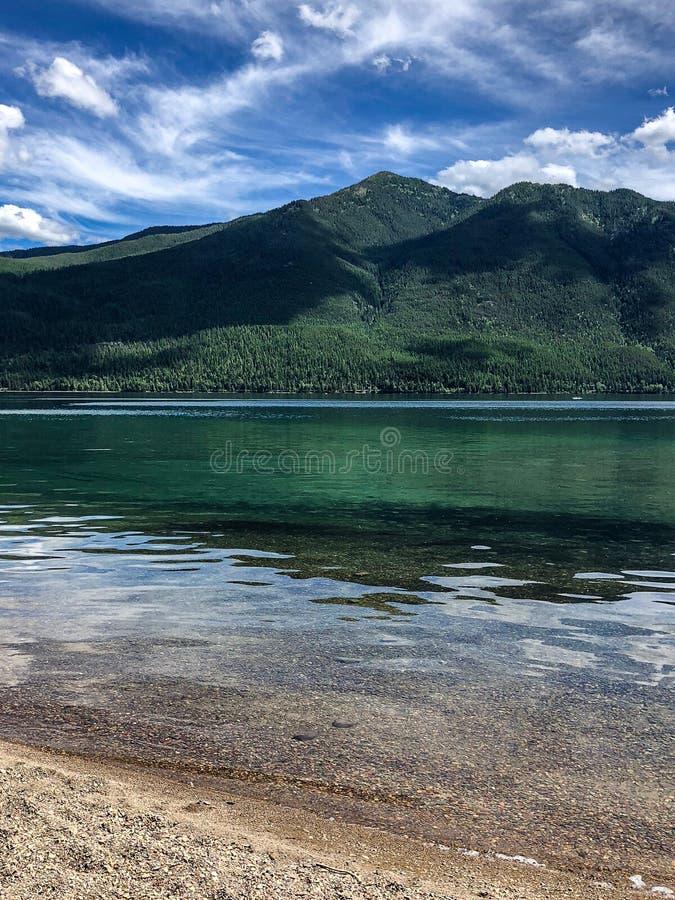 Άποψη ακτών της λίμνης και των βουνών στο εθνικό πάρκο παγετώνων στη Μοντάνα στοκ φωτογραφίες με δικαίωμα ελεύθερης χρήσης