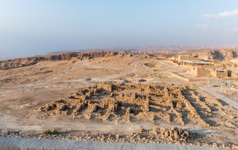 Άποψη ανατολής της ανασκαφής των καταστροφών του φρουρίου Masada, που χτίζεται σε 25 Π.Χ. από το βασιλιά Herod πάνω από έναν από  στοκ φωτογραφίες