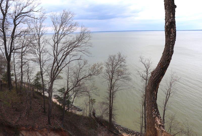 Άποψη απότομων βράχων της έκτασης ενός ποταμού του νερού στοκ φωτογραφία με δικαίωμα ελεύθερης χρήσης